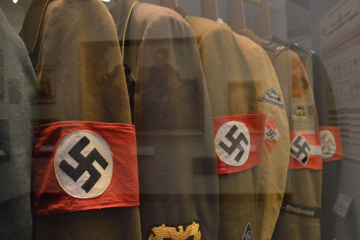 写真・図版 : ドイツ歴史博物館に展示された戦前のナチスの制服=2月、ベルリン。藤田撮影