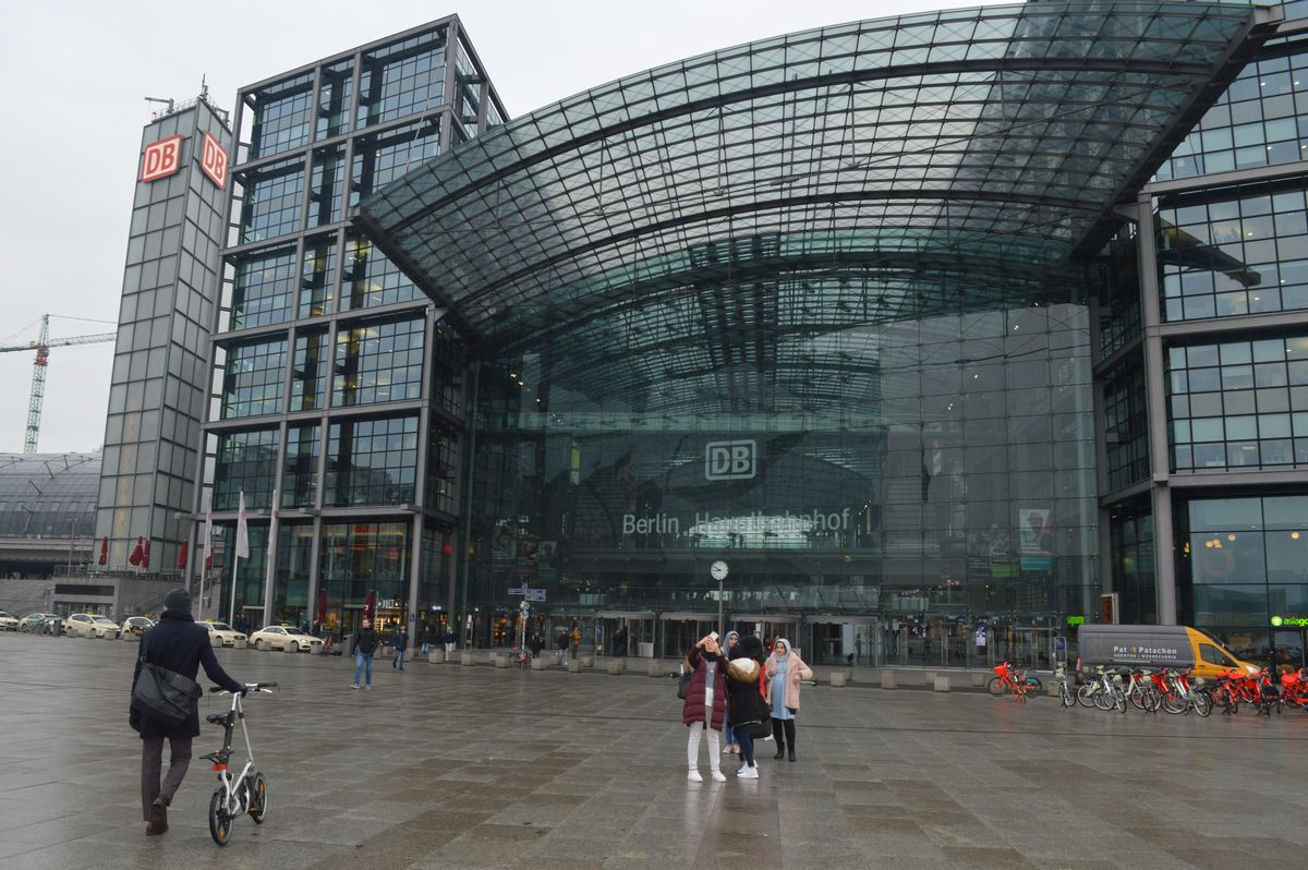 写真・図版 : ドイツの交通の要衝、ベルリン中央駅=2月、藤田撮影