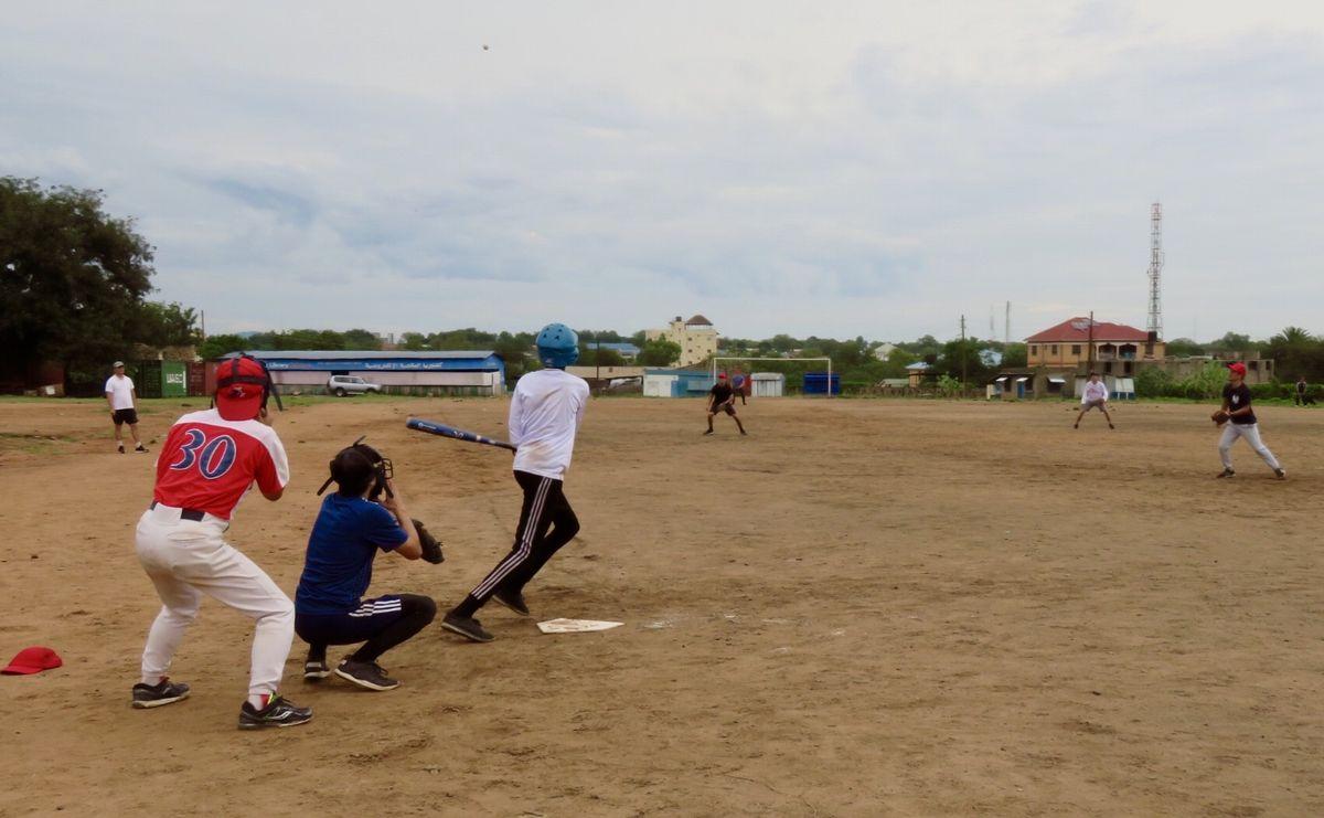 写真・図版 : 南スーダン野球団対オールジャパンチームの2回目の対戦。第一戦で4三振を喫したキャプテン・ジオンがこの日は打棒爆発で雪辱を果たした。