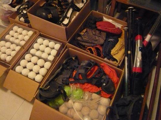 写真・図版 : タンザニア野球のために集めて送られてきた野球道具。アフリカ野球友の会の仲間が取りまとめてくれた。