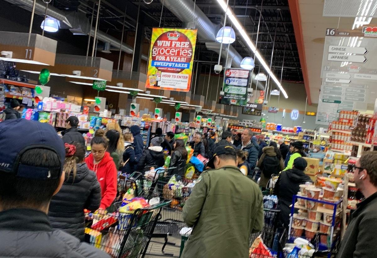 写真・図版 : 混雑しているニューヨークのスーパー=撮影・筆者