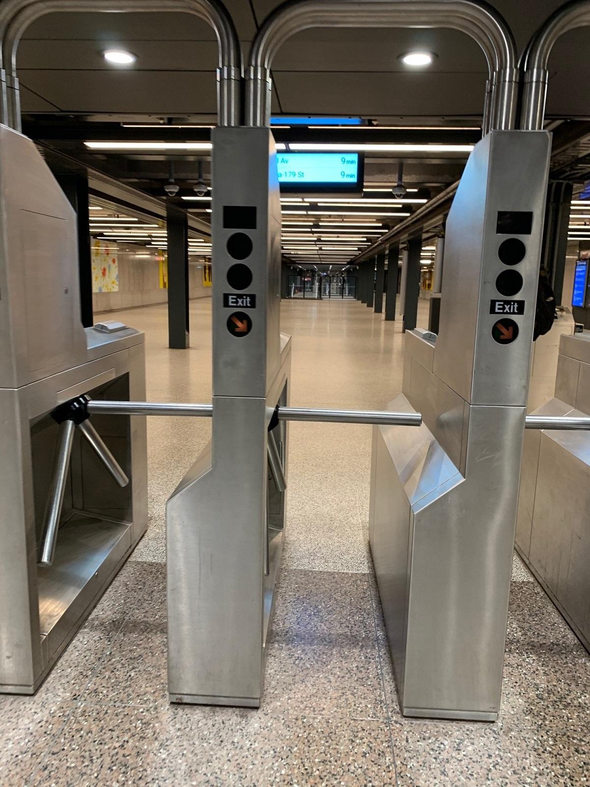 写真・図版 : 地下鉄の駅で=撮影・筆者