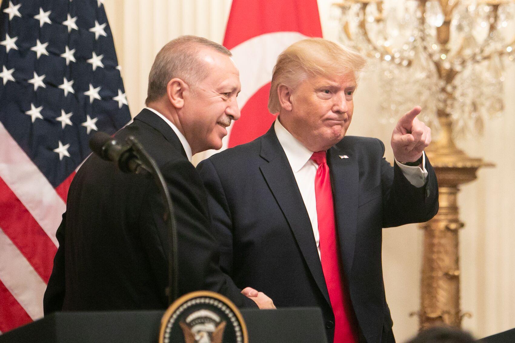 写真・図版 : ホワイトハウスで共同会見に臨むトルコのエルドアン大統領(左)とトランプ大統領=ワシントン、ランハム裕子撮影、2019年11月13日