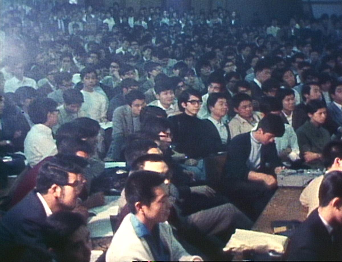 写真・図版 : 会場内の聴衆はほぼ全員が男性だった。 © 2020 映画「三島由紀夫vs東大全共闘 50年目の真実」製作委員会