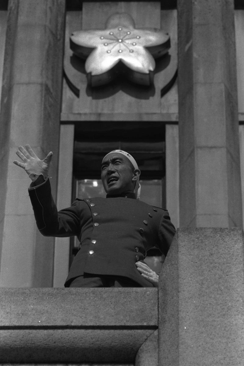 写真・図版 : 陸上自衛隊市ヶ谷駐屯地で東部方面総監部のバルコニーから演説する三島=1970年11月25日