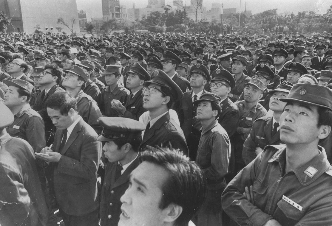 写真・図版 : バルコニー下で三島の演説を聞く自衛隊員=1970年11月25日、東京都新宿区