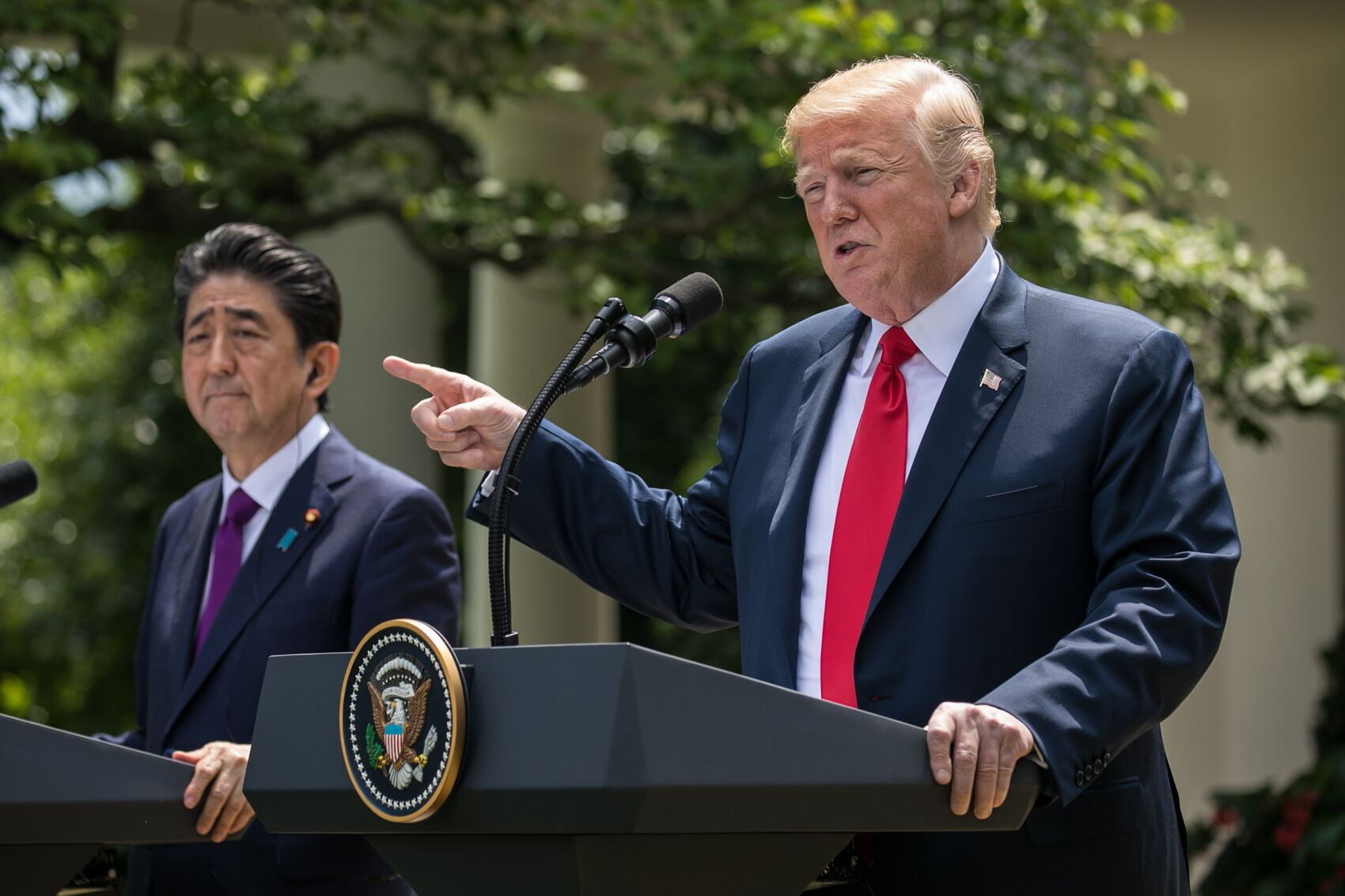 写真・図版 : ホワイトハウスのローズガーデンで共同会見するトランプ大統領(右)と安倍晋三首相=ワシントン、ランハム裕子撮影、2018年6月7日