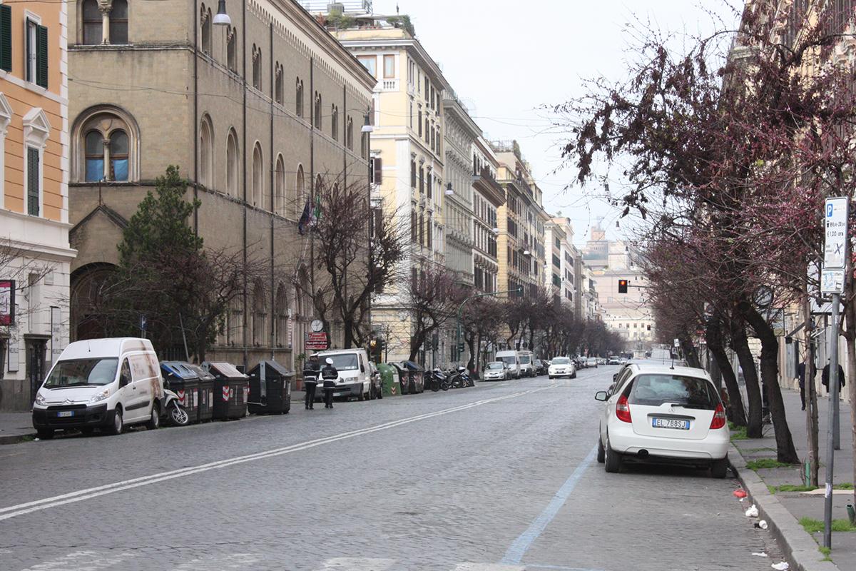 写真・図版 : 外出が原則禁止され、普段は混み合う道路は車がほとんどなくなった=3月17日、イタリア・ローマ、河原田慎一撮影