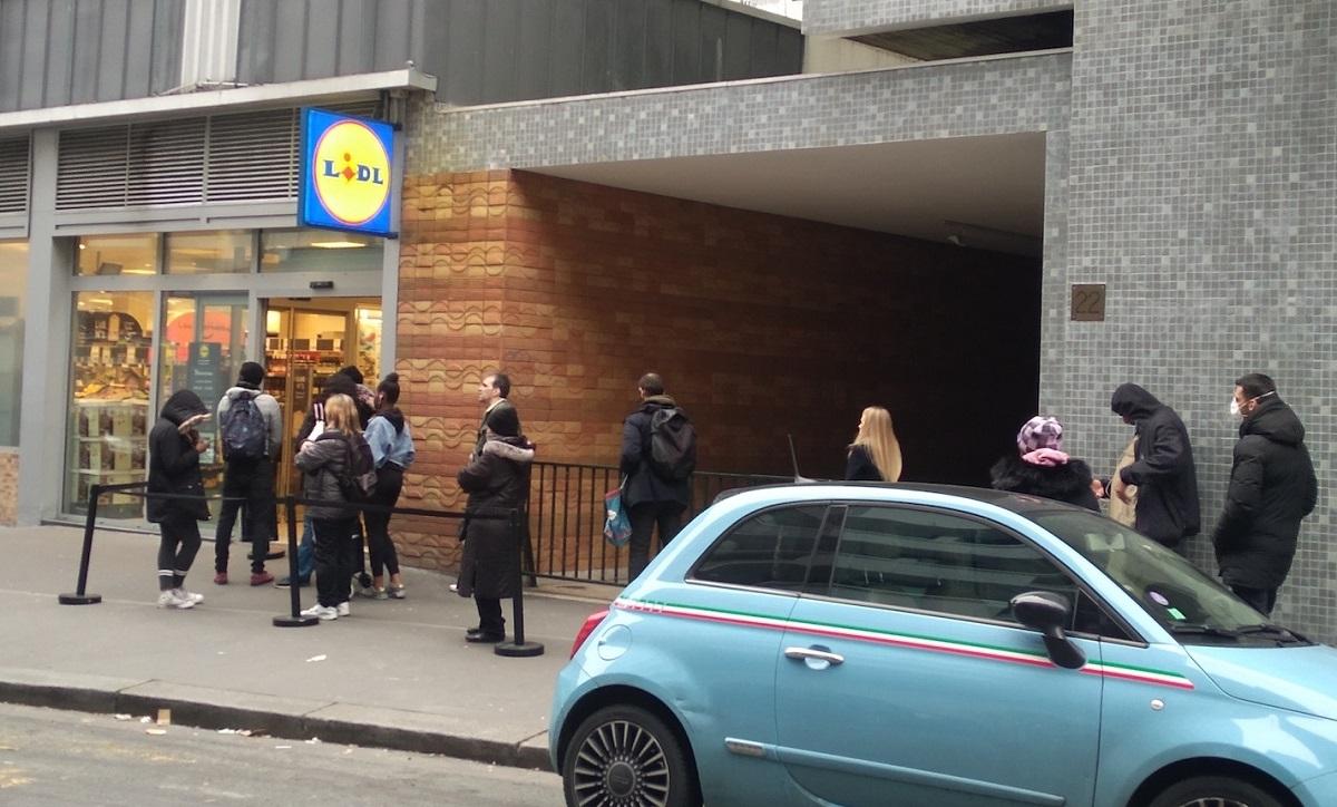 写真・図版 : パリのスーパー「LIDL」=撮影・筆者