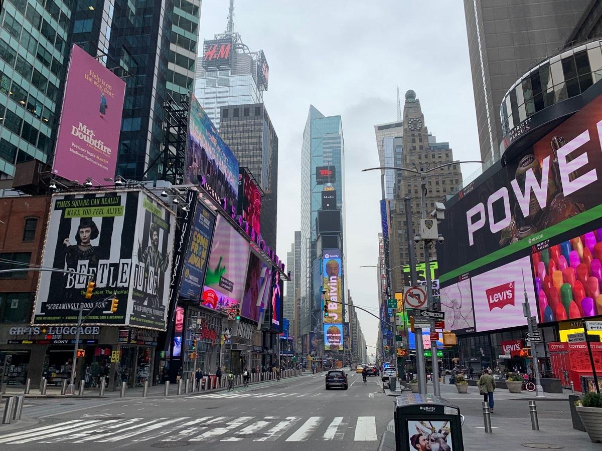 写真・図版 : 劇場や飲食店が閉まり、人も車もまばらなニューヨークのタイムズスクエア