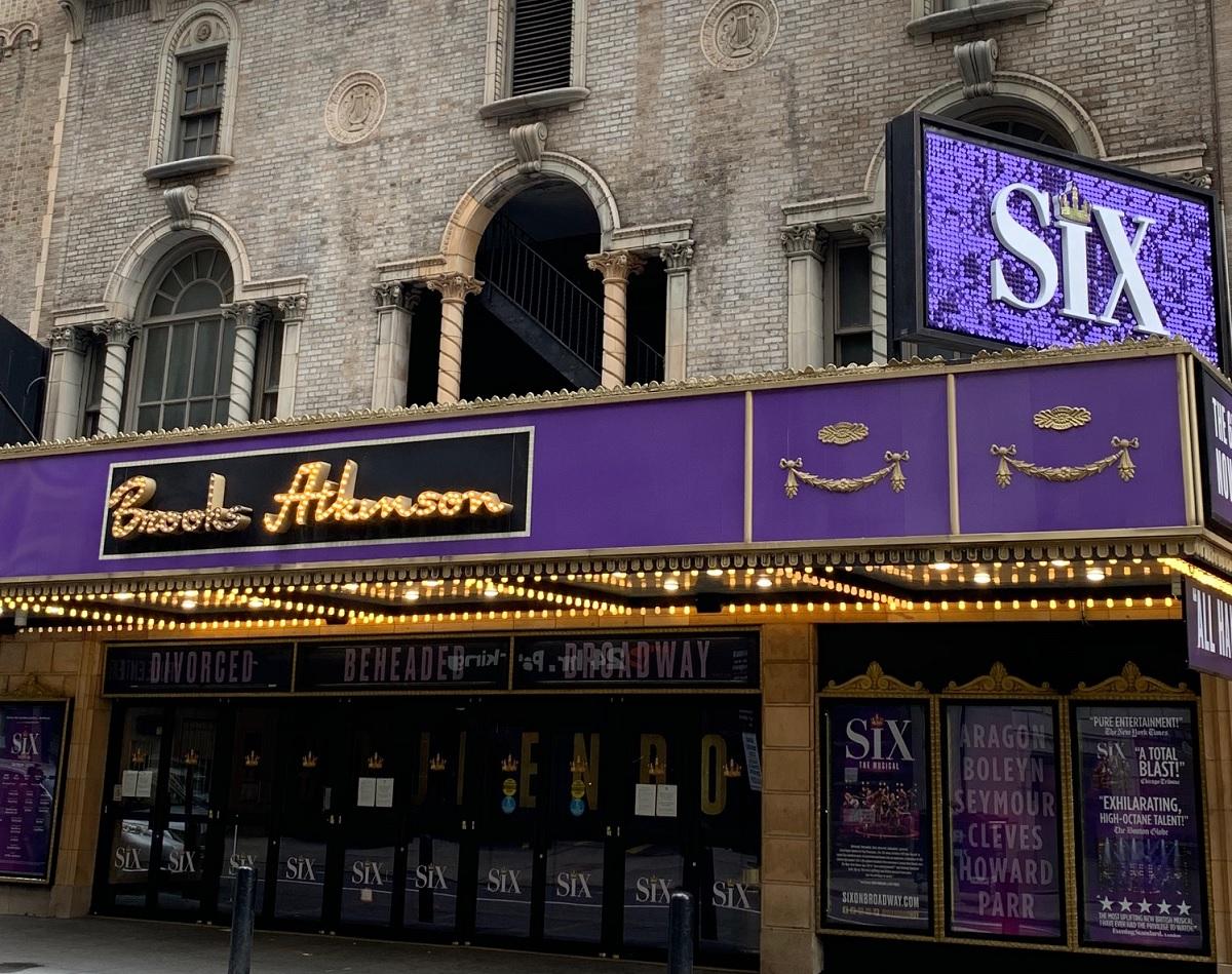 写真・図版 : ブロードウェイの全公演が中止になった12日当日に開幕する予定だった『シックス』のブルックス・アトキンソン劇場。チケットの売れ行きも好調だったが……