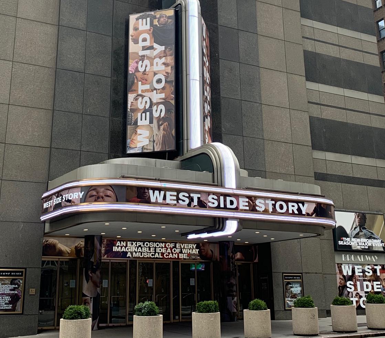 写真・図版 : 『ウエスト・サイド・ストーリー』のリバイバル公演をしていたブロードウェイ劇場。2月に開幕したばかりで、斬新な演出が話題を集めていたが、いまは人影もない