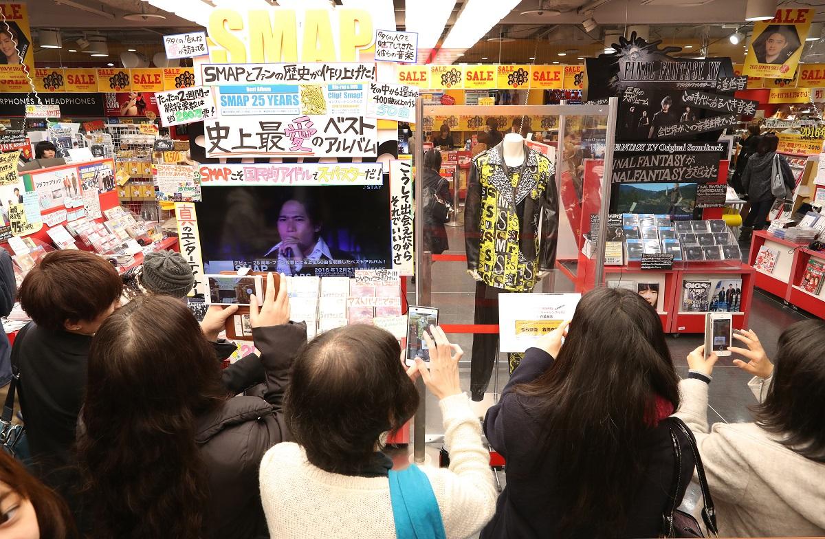 写真・図版 : SMAPの解散が近づいた2016年12月、ベストアルバムの販売コーナーには香取慎吾さんの衣装も展示され、ファンで賑わった=東京都渋谷区のタワーレコード渋谷店