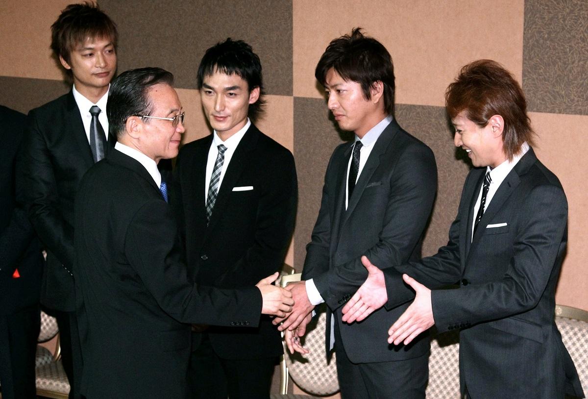 写真・図版 : 中国の温家宝首相と面会するSMAPのメンバーたち=2011年5月21日、東京都千代田区