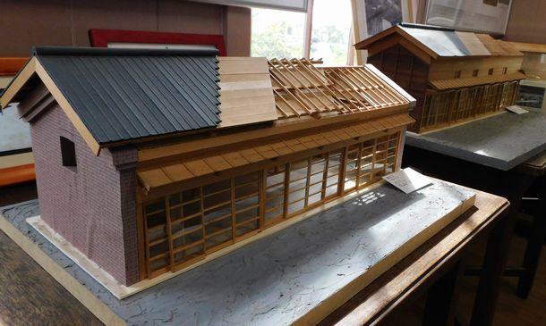 写真・図版 : 明治時代初期に建てられた煉瓦室(手前)と大阪室(奥)の模型。1994年に解体された際に作られた=筆者撮影