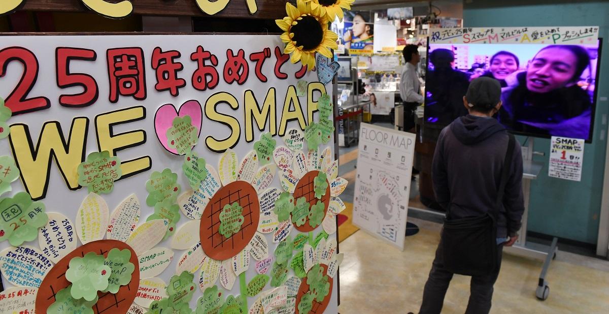 写真・図版 : SMAPのCDデビュー25周年を祝うレコード店の特設コーナー=2016年9月、タワーレコード梅田大阪マルビル店