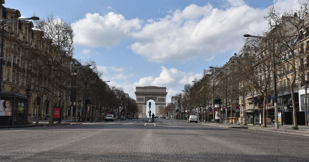 写真・図版 : 人と車がほぼ消えたパリのシャンゼリゼ通り。奥に見えるのは凱旋門=2020年3月18日、疋田多揚撮影