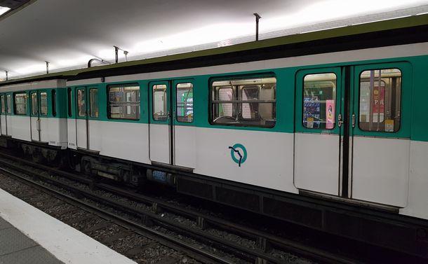 新型コロナ蔓延のフランスでパリを脱出する市民たち