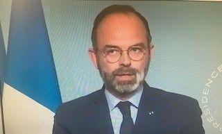写真・図版 : テレビ演説で「外出禁止令」の終了期限を4月15日まで2週間延長すると宣告するフィリップ首相=2020年3月27日のTVニュースから、筆者撮影