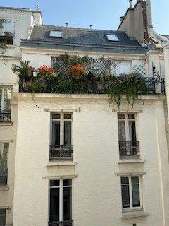 写真・図版 : 住人がパリを出発。鎧戸やカーテンが閉められたパリ8区のアパート=2020年3月28日、筆者撮影