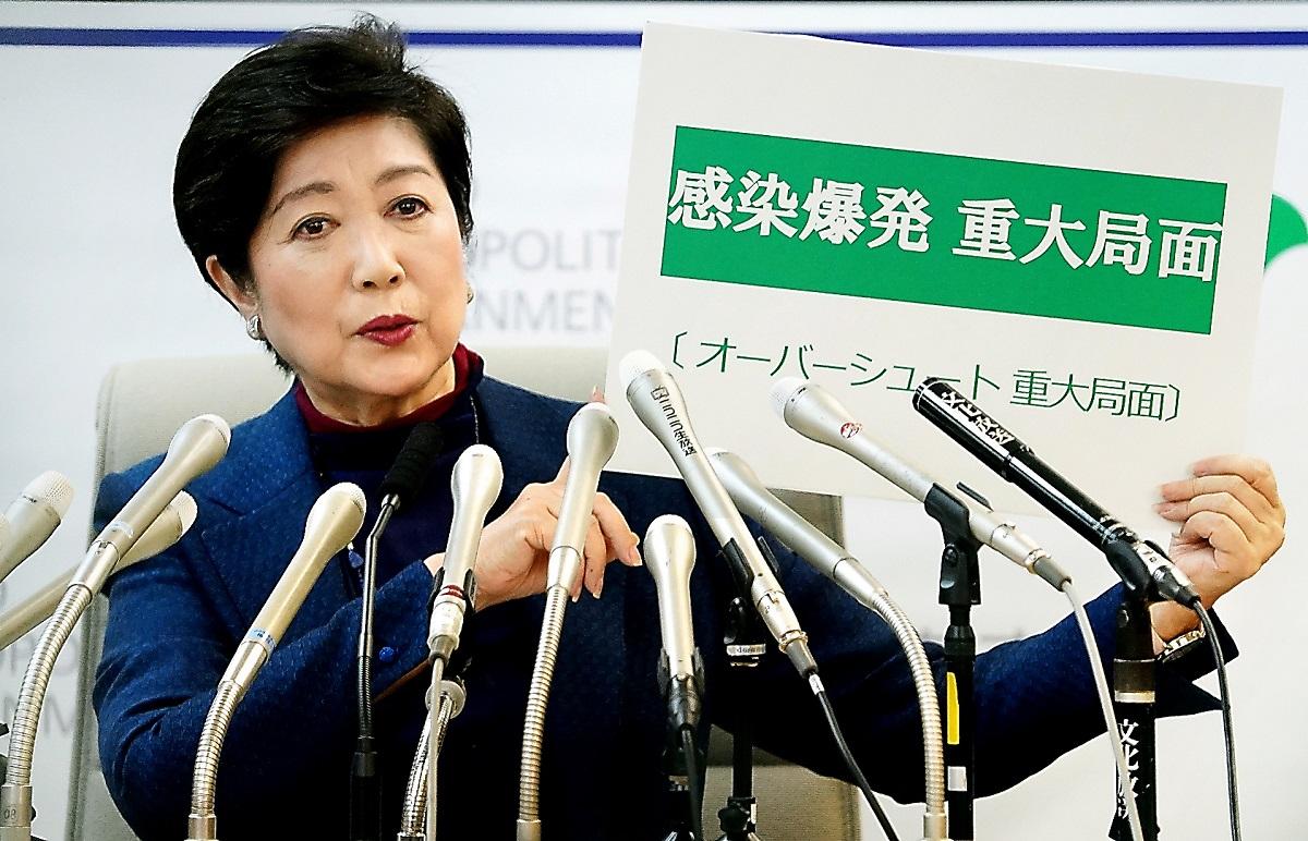 緊急記者会見で「感染爆発 重大局面」と示す東京都の小池百合子知事=2020年3月25日20200325