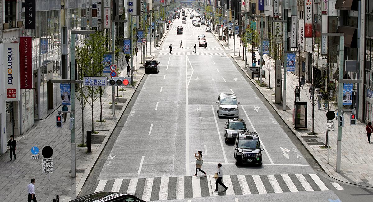 写真・図版 : 週末の歩行者天国が中止となった東京・銀座の中央通り=2020年3月28日、東京都中央区、池田良撮影