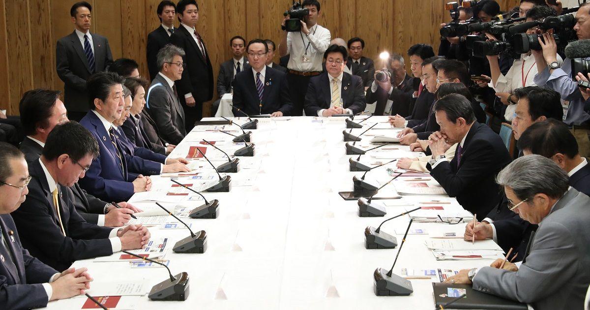 写真・図版 : 持続可能な開発目標(SDGs)実施指針改定版を決めた推進本部会合=2019年12月20日、首相官邸、岩下毅撮影