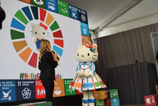 写真・図版 : 国連と協力してSDGsの広報活動を始めると発表したハローキティ=2019年9月、ニューヨークの国連本部