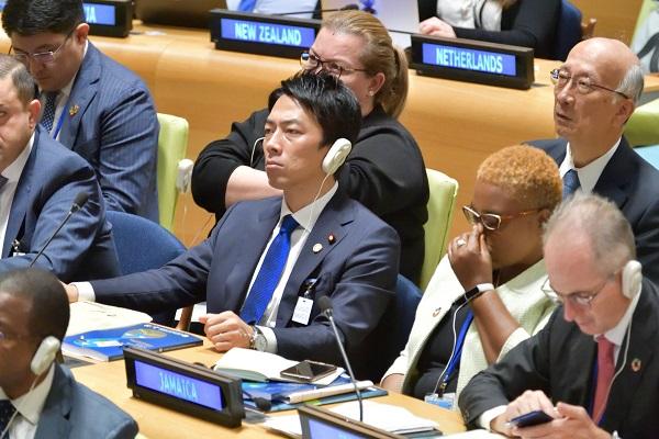 写真・図版 : SDGsサミットで演説を聴く小泉環境相=2019年9月、ニューヨークの国連本部、松尾一郎撮影