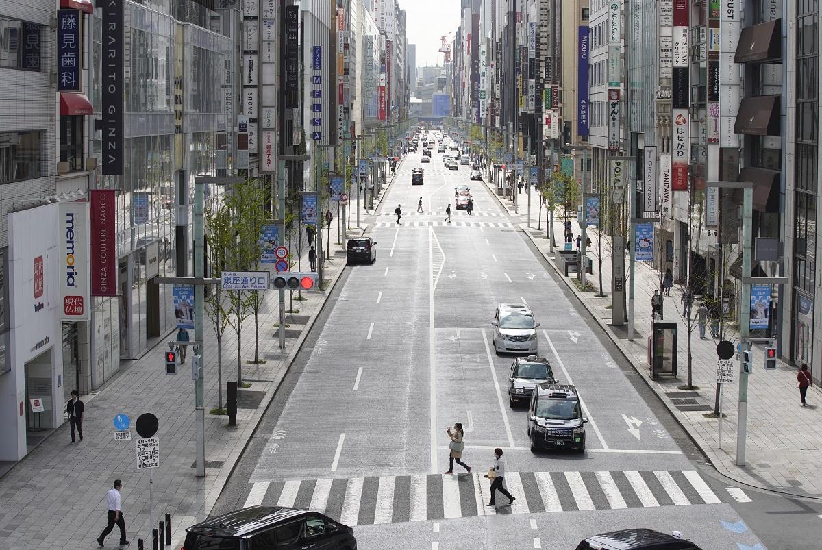 写真・図版 : 外出自粛要請を受けて週末の歩行者天国が中止となった東京・銀座の中央通り=2020年3月28日、東京都中央区