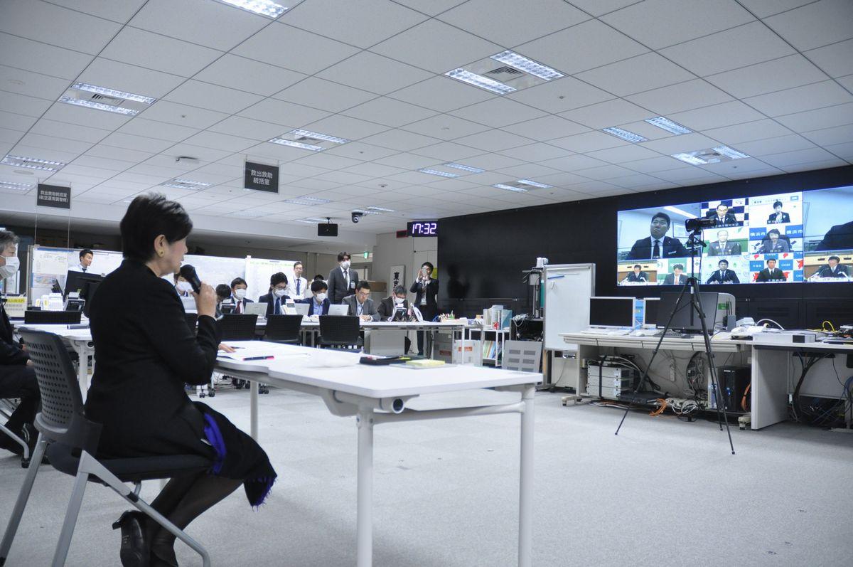 写真・図版 : 九都県市首脳による緊急テレビ会議で発言する小池百合子・東京都知事=2020年4月1日午後、都庁