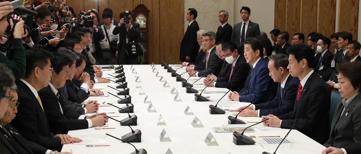 3月26日の政府対策本部」の会合は、こんな「密集」「密接」した空間で開かれていた