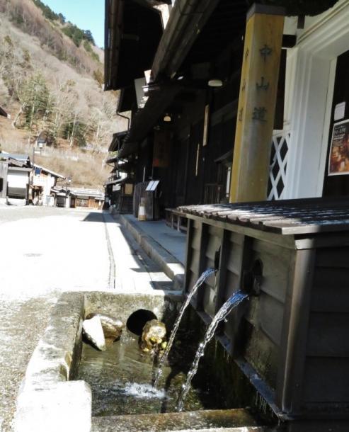 写真・図版 : 福島宿の面影を伝える旧中山道沿いの水場