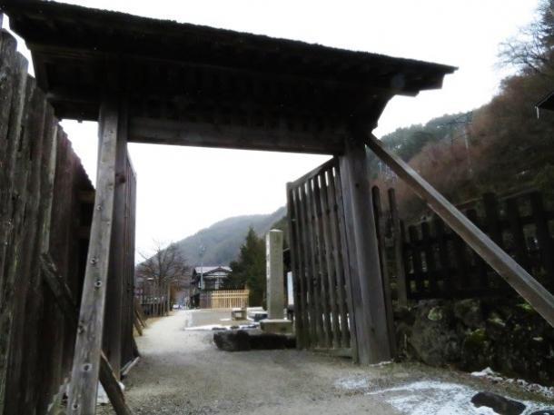 写真・図版 : 復元された関所門が立つ福島関の跡