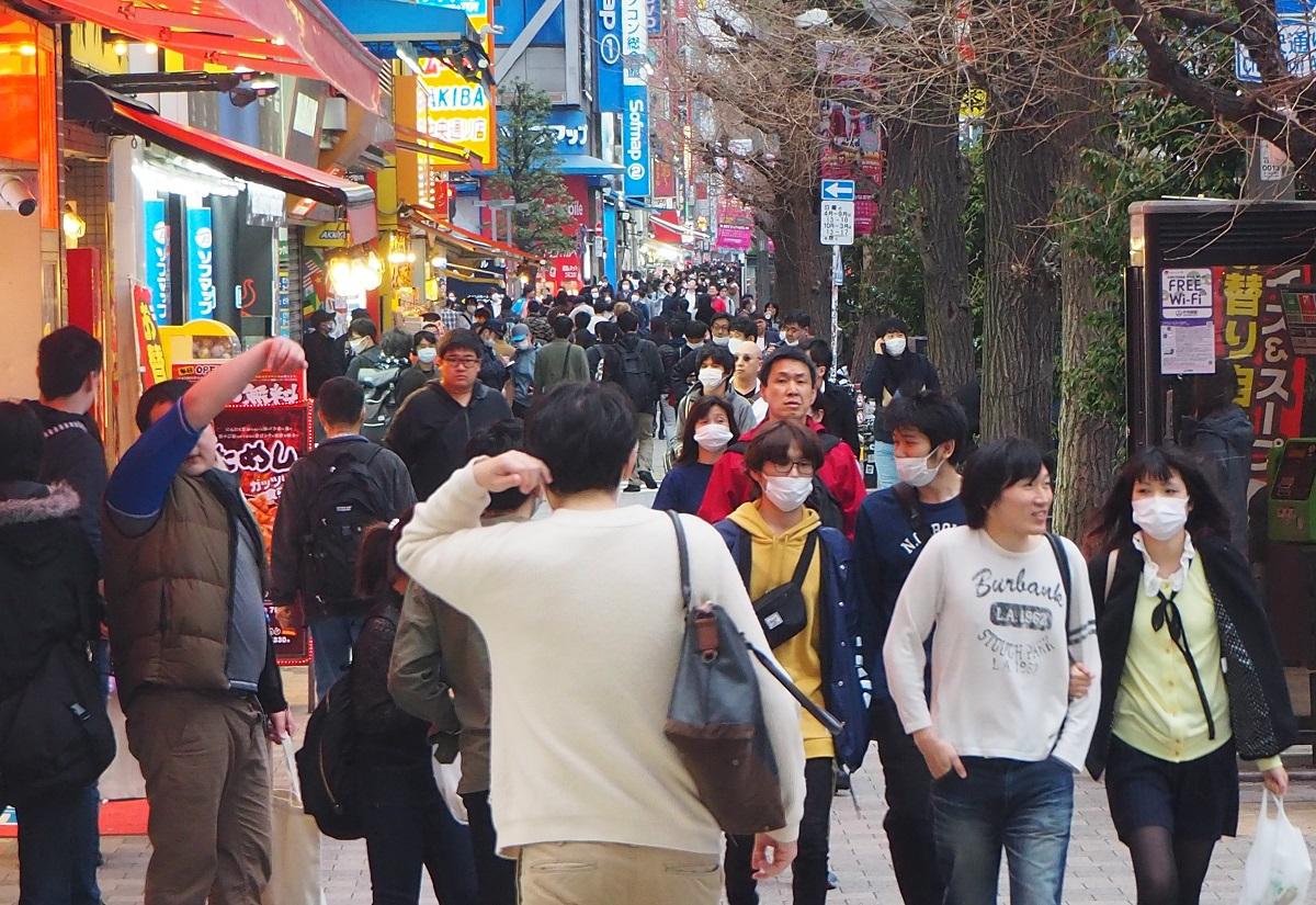 「外出自粛」要請が出た週末でも、JR秋葉原駅周辺では多くの人が行き交っていた=2020年3月28日