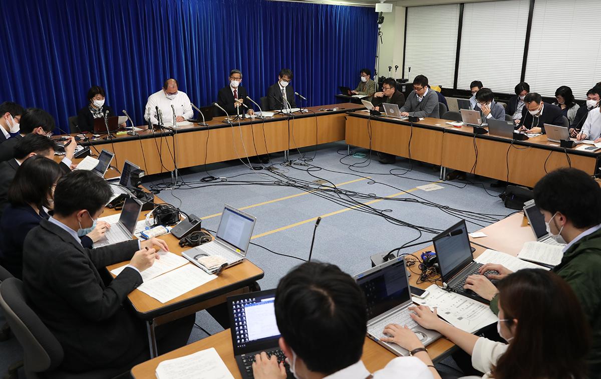 写真・図版 : 新型コロナウイルス感染症対策専門家会議の会見=2020年4月1日、東京・霞が関、川村直子撮影