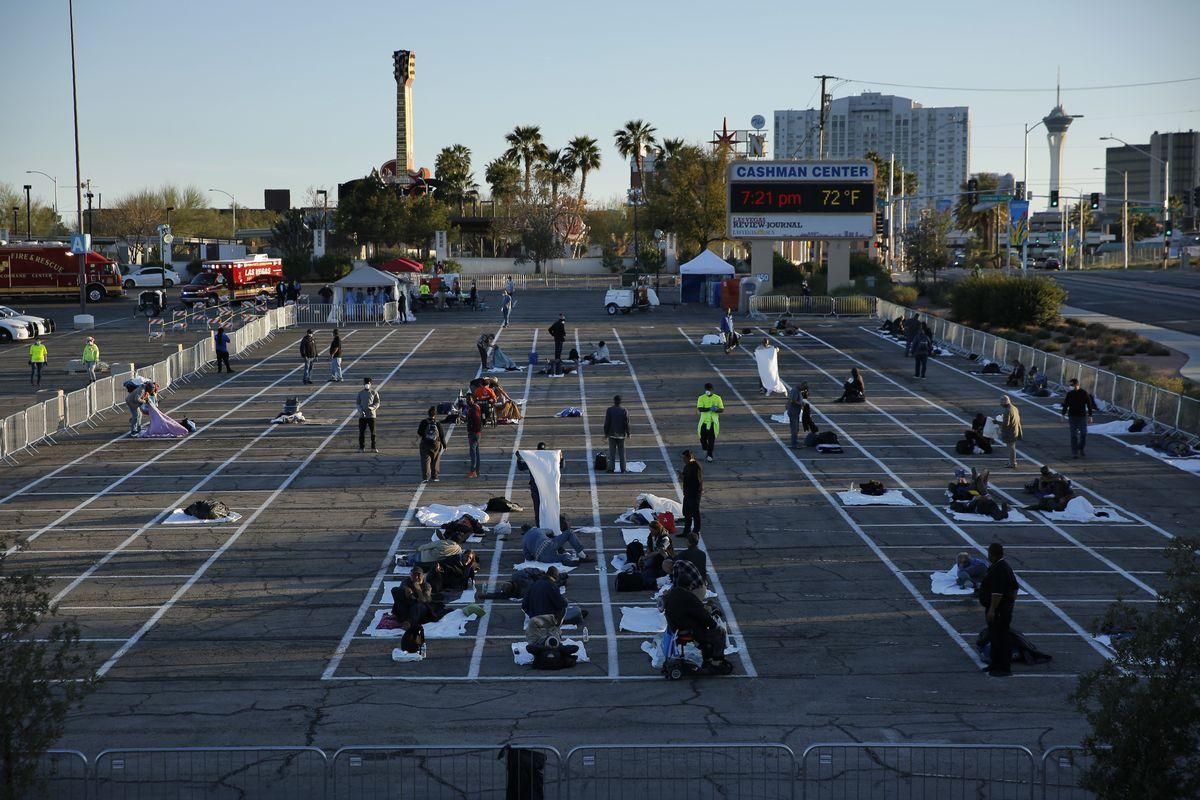 写真・図版 : 2020年3月30日、ラスベガスの当局は、感染者を出した地元のシェルターが閉鎖した後のために、駐車場の一部を利用し仮設シェルターを開設した=AP