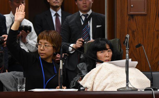 参院国土交通委員会で質問するれいわ新選組の木村英子さん(右)。介助者が挙手をした=2019年11月5日午後3時34分