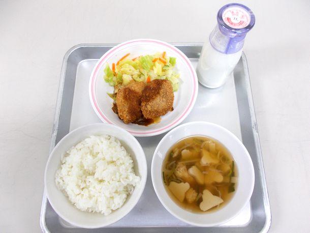 写真・図版 : 名古屋市の小学校給食。ご飯の上にあるおかずは「みそカツ」=市教育委員会提供