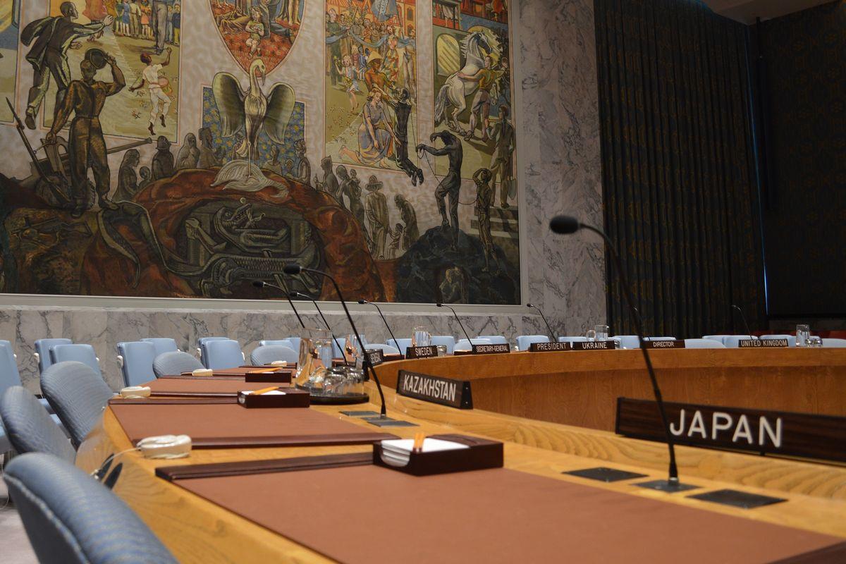 写真・図版 : 国連安保理で日本(手前)が非常任理事国だった2017年の議場の様子。日本は今は理事国ではない=藤田撮影