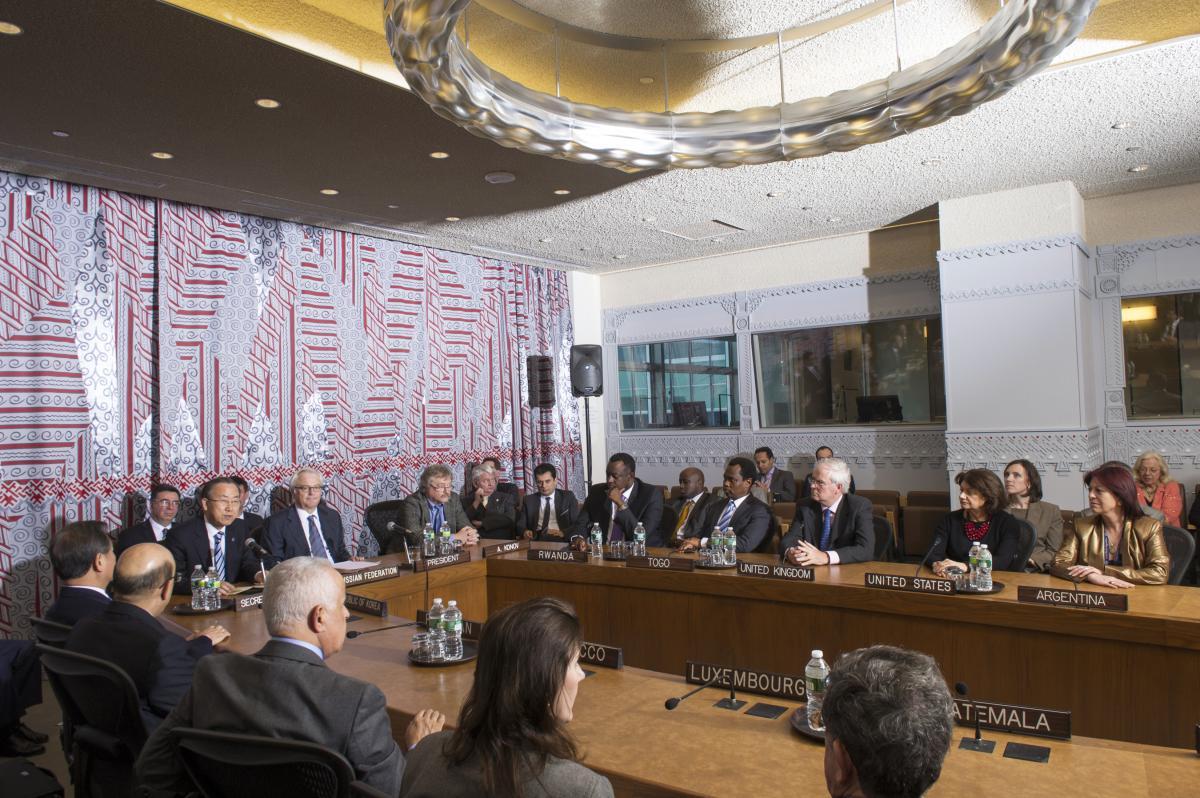 写真・図版 : 国連安保理の非公式協議で使うコンサルテーションズ・ルーム。壁のガラスの向こうに同時通訳の職員がいる=2013年、国連のエスキンダー・デベベ撮影
