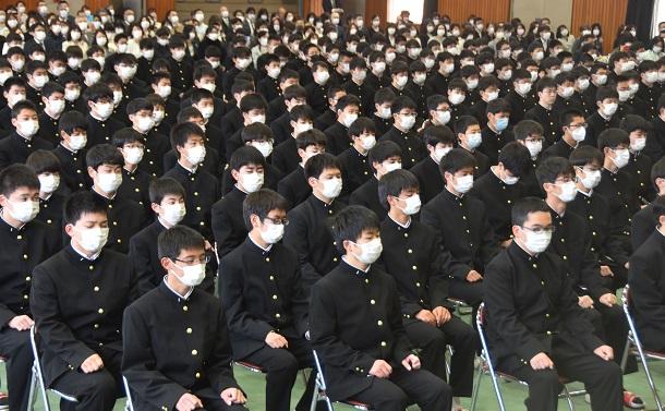 写真・図版 : 参加者のほぼ全員がマスクをつけている入学式。現在では多くの地域で、人の集まる場所ではほとんどの人がマスクを着用している=2020年4月6日、宇都宮市
