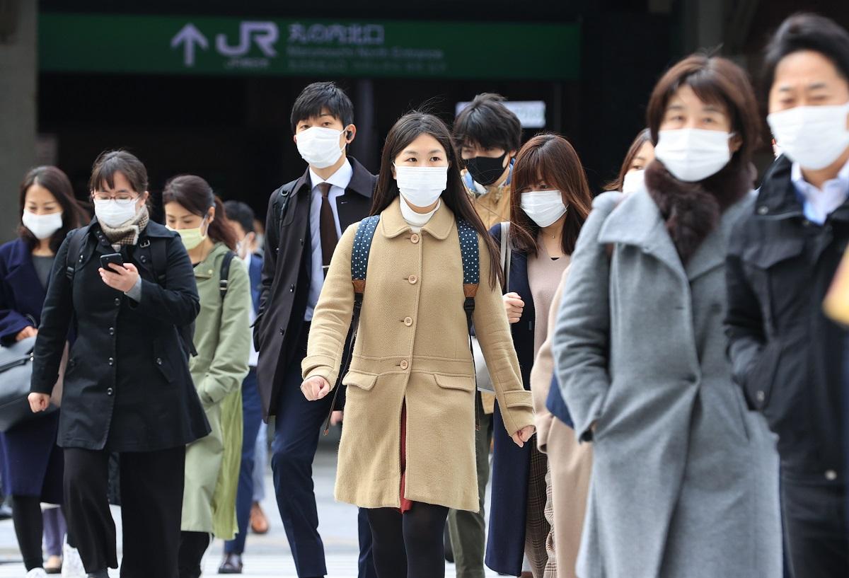 写真・図版 : マスクを着用して出勤する人たち=2020年3月30日、東京・丸の内