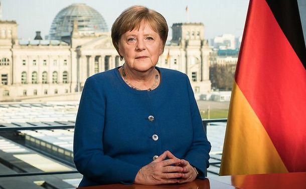 写真・図版 : コロナ問題で国民に向けテレビ演説するドイツのメルケル首相=ドイツ政府HPより