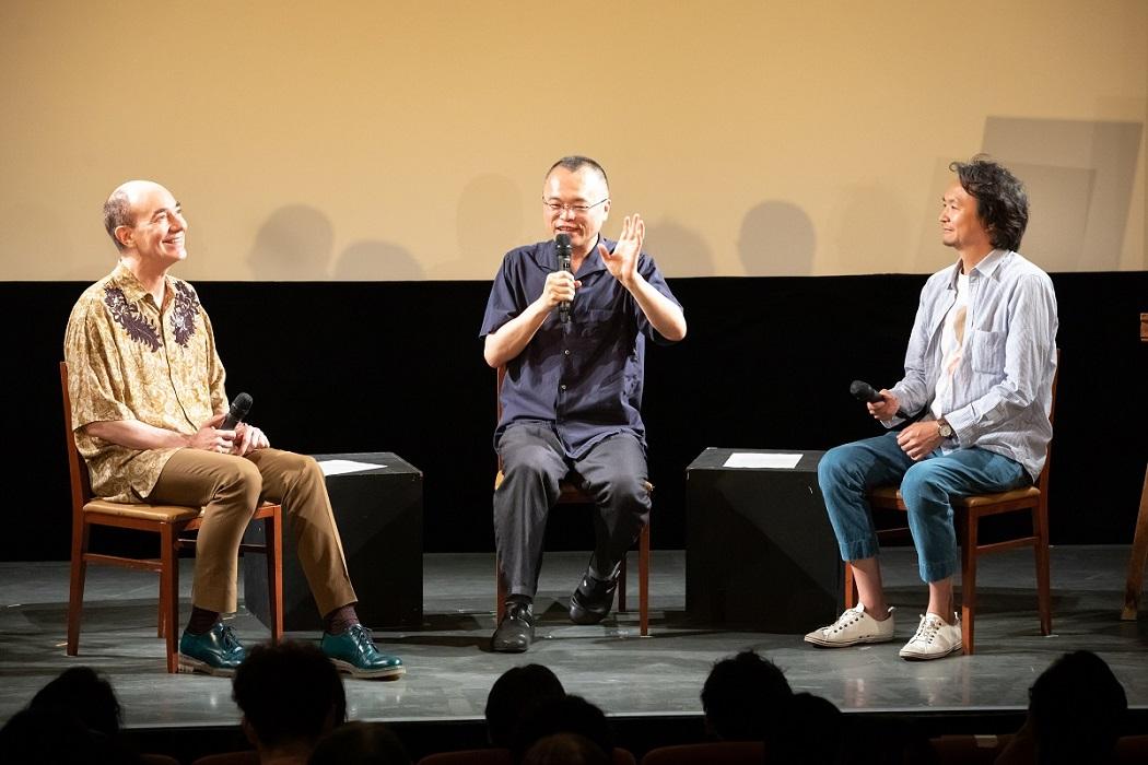 写真・図版 : 『ゆめみのえ』の完成試写会で話す(左から)ロバート キャンベルさん、山村浩二さん、長塚圭史さん=2019年8月、東京・渋谷
