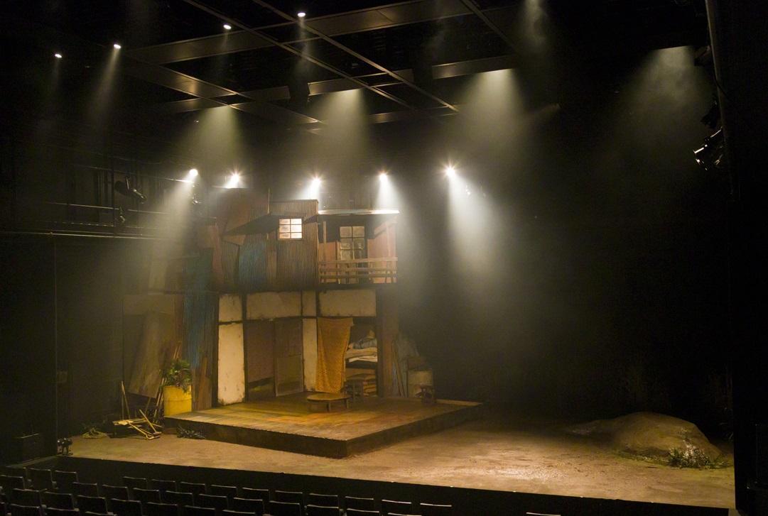 写真・図版 : 温泉ドラゴン『SCRAP』の舞台装置(松村あや美術)=宿谷誠撮影