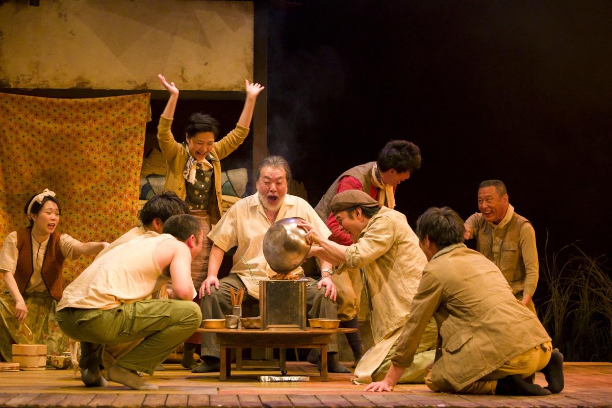 写真・図版 : 無観客で上演された温泉ドラゴン『SCRAP』の舞台。1958年の大阪で、兵器工場の跡地から金属くずを掘り出して生計をたてていた在日コリアンの人々の群像を描いた=宿谷誠撮影