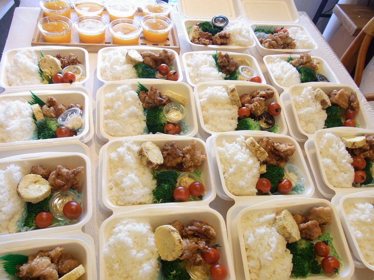 写真・図版 : 食堂の代わりに始まったお弁当配布=みっと提供