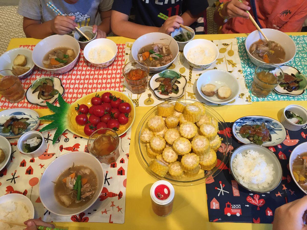 写真・図版 : 夕食をみんなと一緒に食べる楽しみも知って欲しい=みっと提供