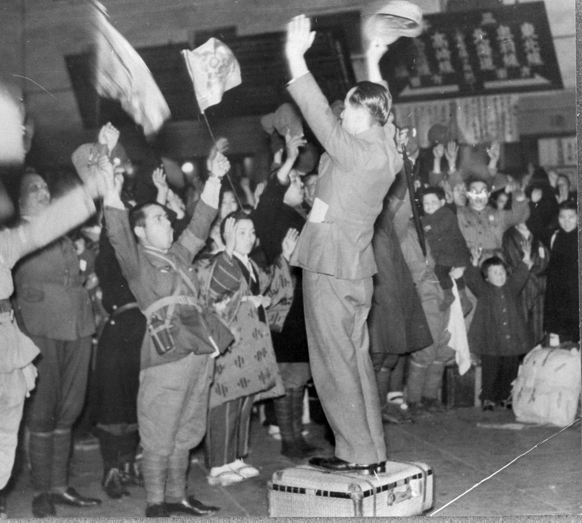 満州に向かう開拓団の出発式=1944年4月、国鉄・上野駅